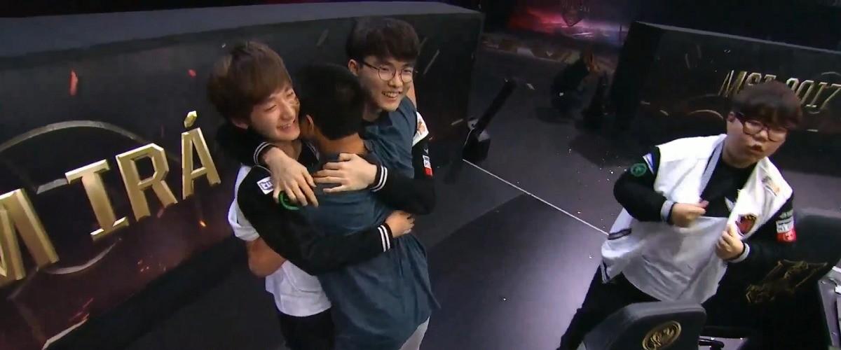 Fan stürmt nach MSI-Finale auf Bühne & umarmt SKT-Spieler
